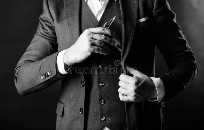 Weinbrandgetr?nk Mann-Getr?nk-Alkohol Mann setzte Weinbrandflasche in Tasche ein Junggeselle und einzelnes Mann hat schlechte Suc lizenzfreies stockfoto