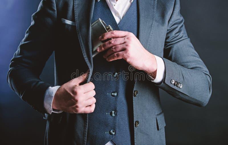 Weinbrandgetr?nk Mann-Getr?nk-Alkohol Mann setzte Weinbrandflasche in Tasche ein Junggeselle und einzelnes Mann hat schlechte Suc stockfotos