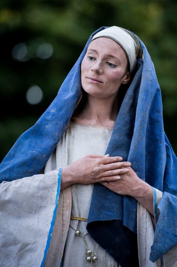 Weinende Madonna Niederländischer Künstler, der während des internationalen Festivals von lebenden Statuen, Bukarest, Rumänien, i stockfotografie