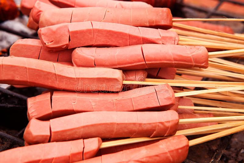 Weiners auf den Aufsteckspindeln bereit zum Grillen lizenzfreie stockfotografie