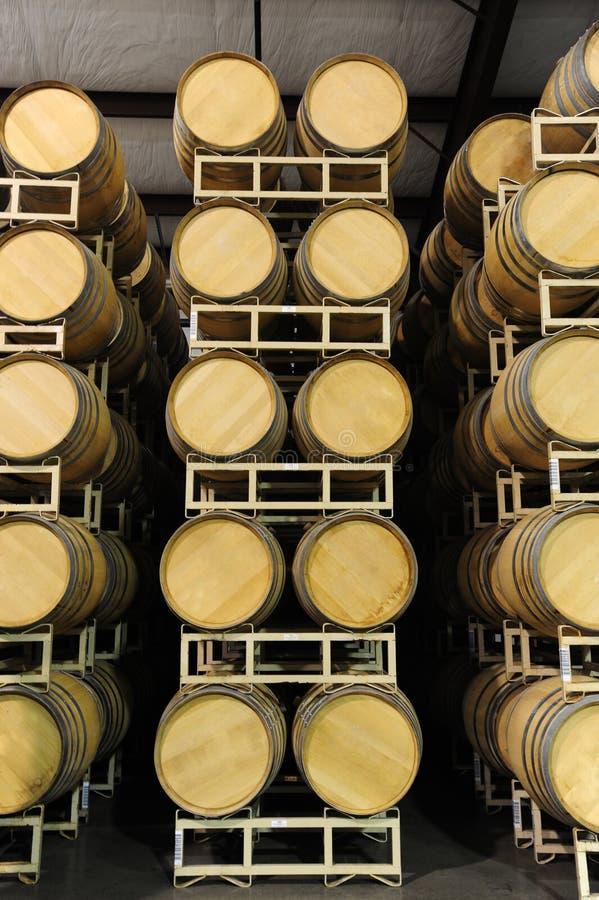 Weinfässer gestapelt in der geraden Ansicht der Weinkellerei stockfotos