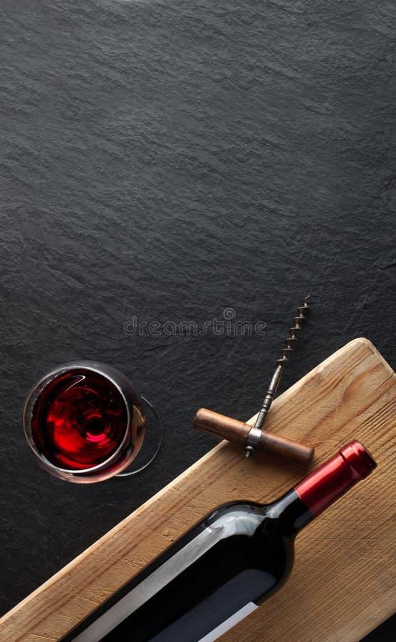 Weinflasche auf der Holzplatte Holzplatte lizenzfreies stockbild