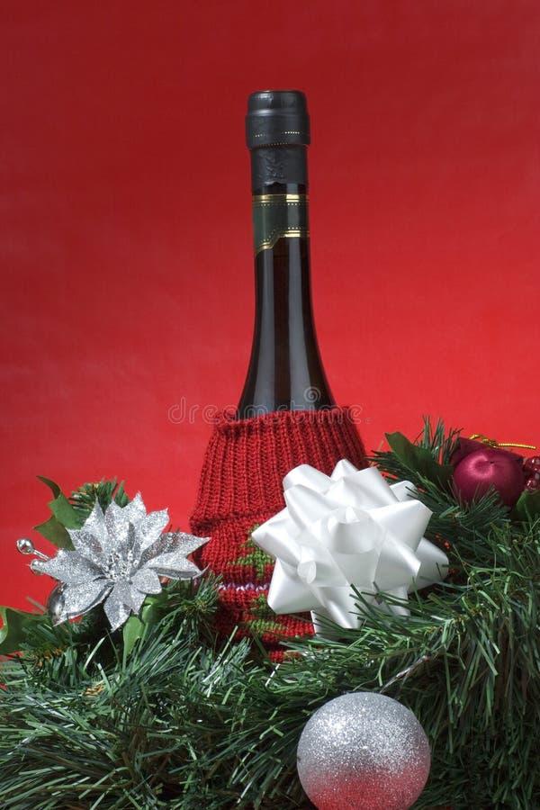 Weinflasche eingewickelt für Weihnachtsgeschenk stockfotos