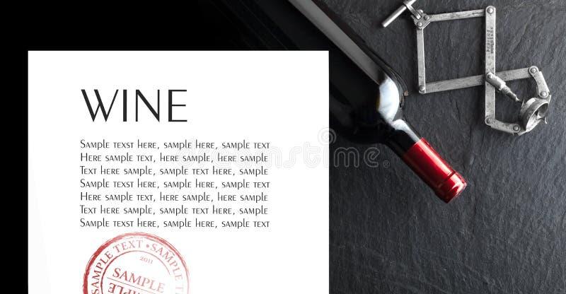Weinflasche im dunklen Hintergrund Beispieltext stockbild