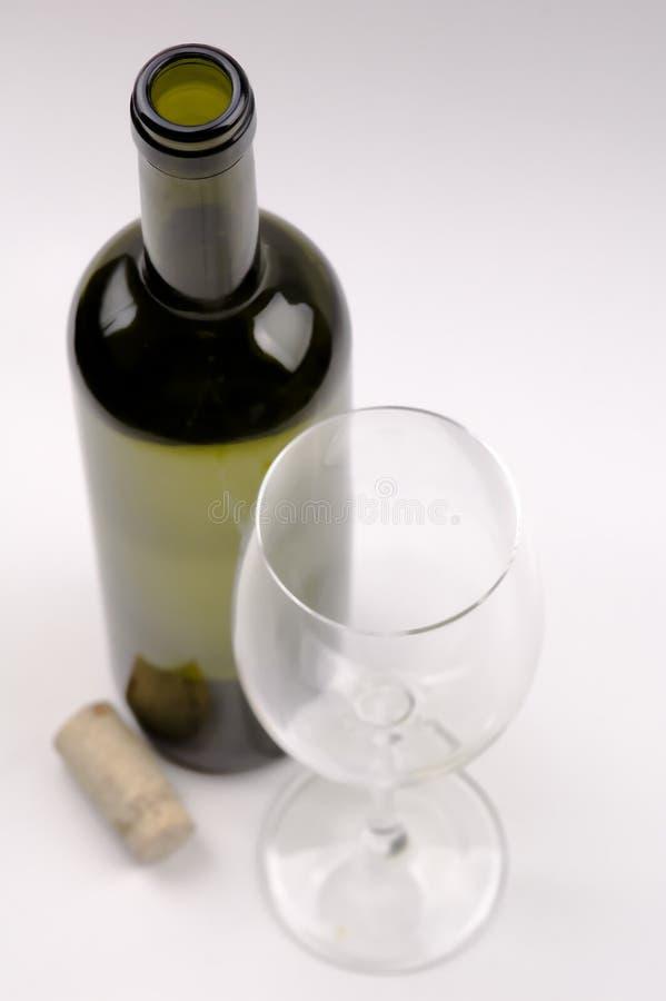 Weinflasche, Kristallweinglas getrennt auf Weiß lizenzfreie stockfotografie