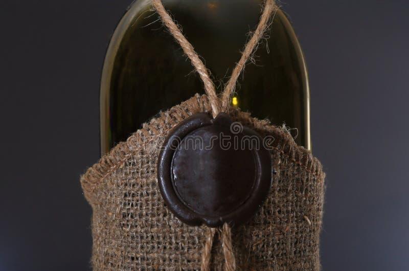 Weinflasche mit Dichtungswachs-Stempelnahaufnahme lizenzfreie stockbilder