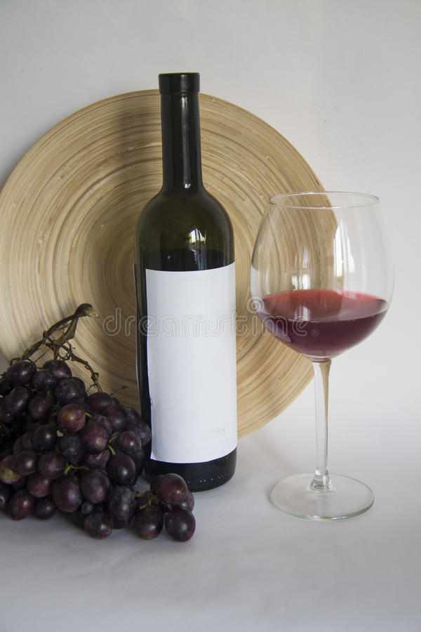 weinflasche mit glas burgunder wein stockbild bild von. Black Bedroom Furniture Sets. Home Design Ideas
