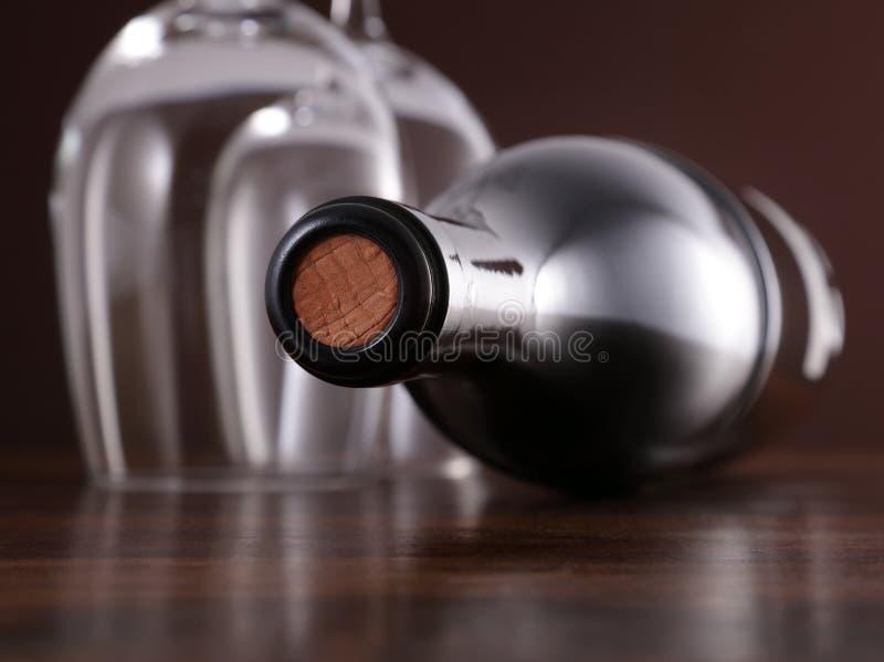 Weinflasche und -gläser stockfotos