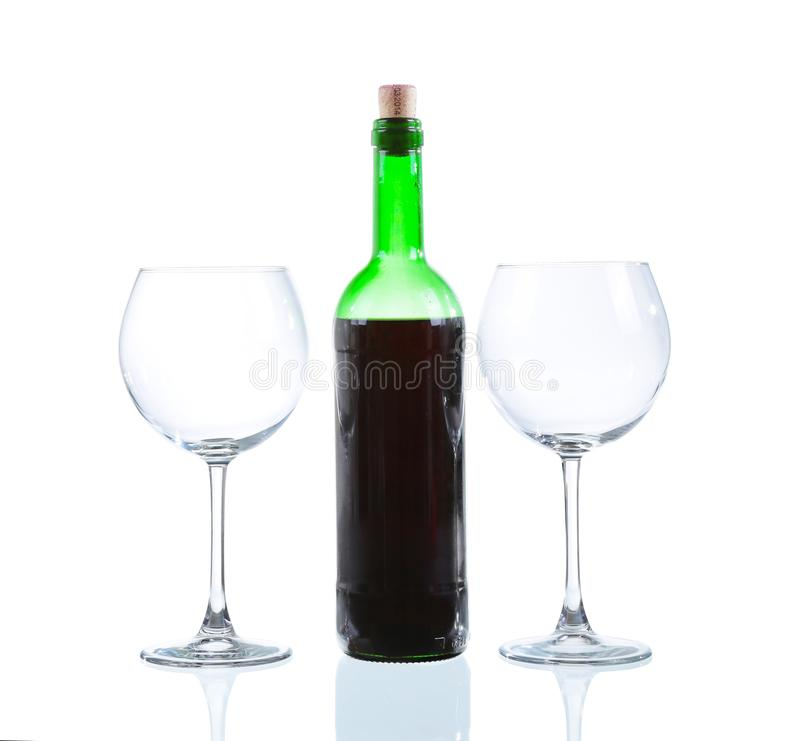 Weinflasche und zwei leere Gl?ser Getrennt auf wei?em Hintergrund lizenzfreie stockfotografie