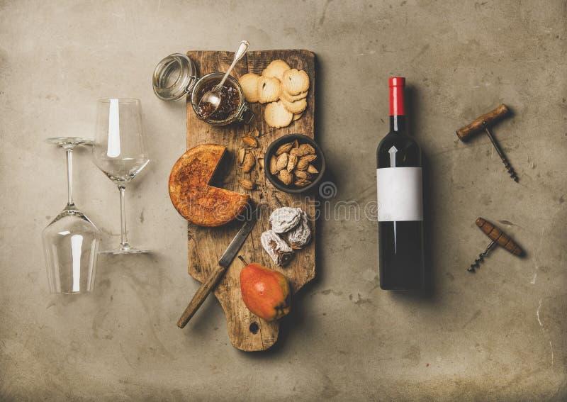 Weinflasche, Weinlesekorkenzieher, Weingläser und Aperitifs verschalen, Draufsicht stockbild