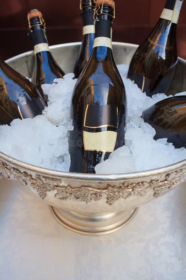 Weinflaschen in der kalten Eiswanne lizenzfreies stockfoto
