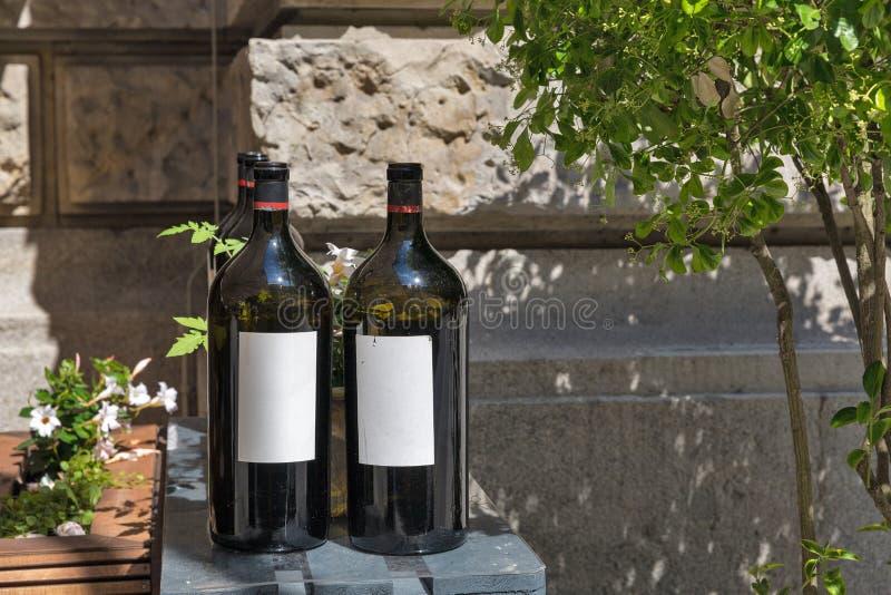 Weinflaschen im Freien am sonnigen Sommertag lizenzfreies stockfoto