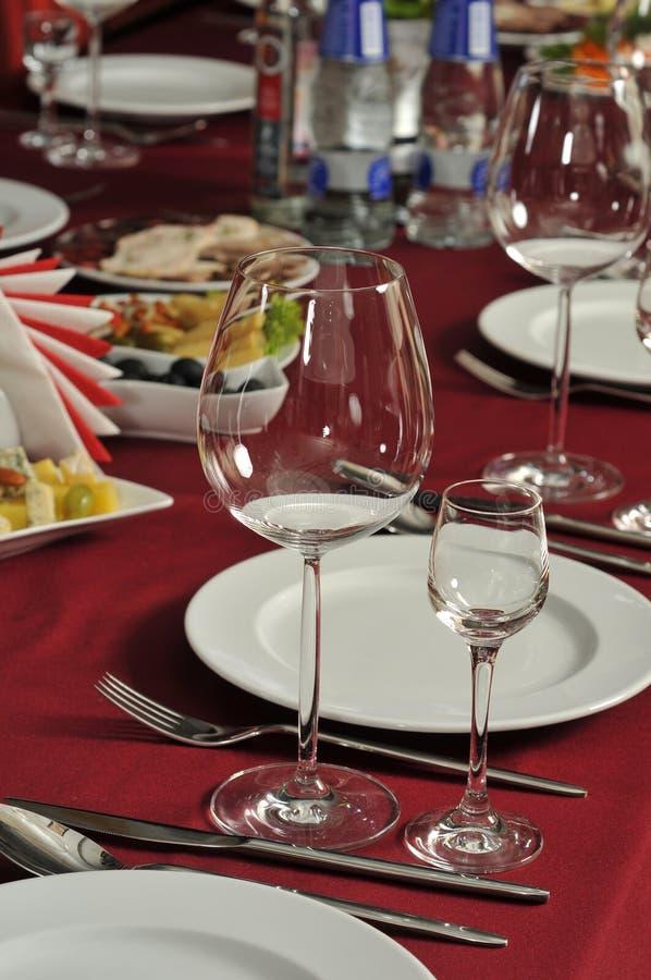 Weingläser auf einer Tabelle an der Gaststätte. stockfotografie