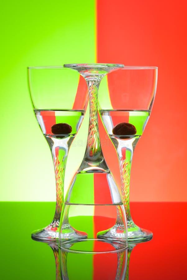 Weingläser auf glatter Tischplatte und Farbhintergrund lizenzfreies stockfoto