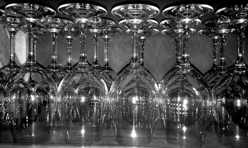 Weingläser in einem Stab lizenzfreies stockfoto