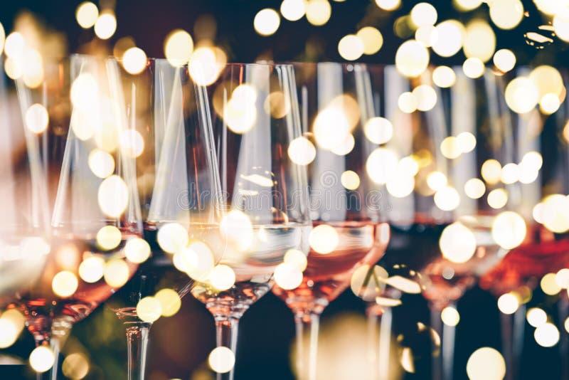 Weingläser in Folge Buffettischfeier der Weinprobe Nachtleben-, Feier- und Unterhaltungskonzept stockfotografie