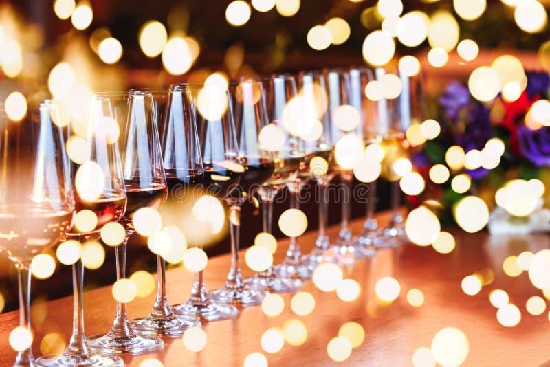 Weingläser in Folge Buffettischfeier der Weinprobe Nachtleben-, Feier- und Unterhaltungskonzept lizenzfreies stockfoto