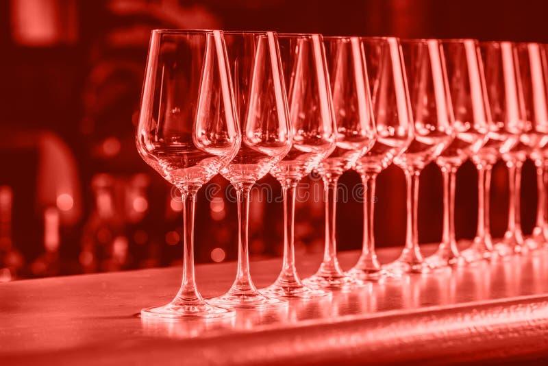 Weingläser in Folge Buffettischfeier der Weinprobe Nachtleben-, Feier- und Unterhaltungskonzept E stockfoto
