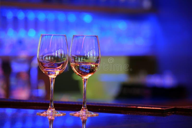 Weingläser mit hellem bokeh stockfotos