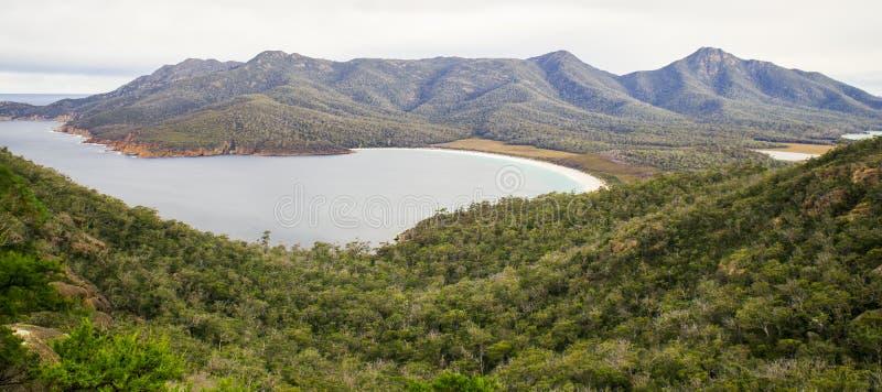 Weinglas-Buchtstrand gelegen in Nationalpark Freycinet, Tasmanien stockbild