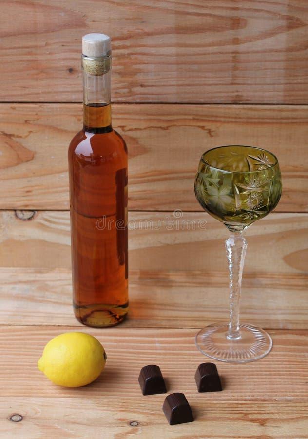 Weinglas des grünen Glases der Brandy Liqueur-Rumzitronenschnapsflascheschokolade stockfotografie