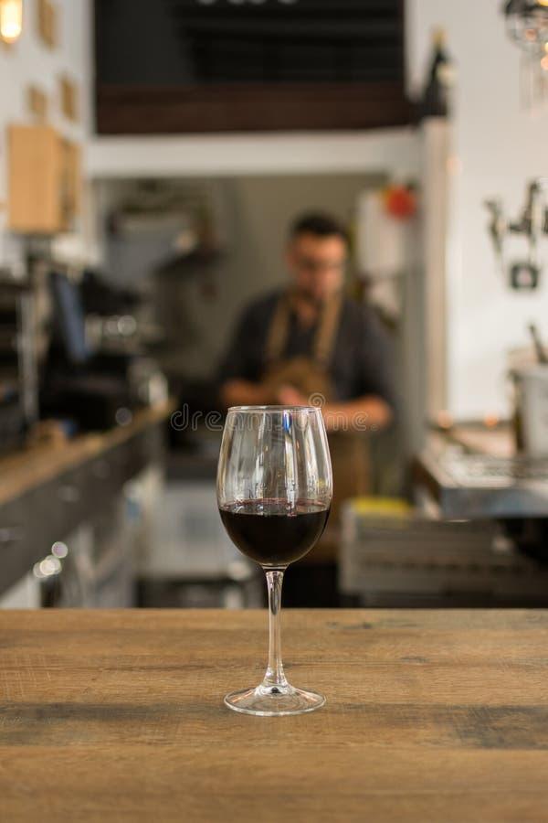 Weinglas f?llte mit Rotwein auf Tabelle in der Kneipe lizenzfreie stockfotos