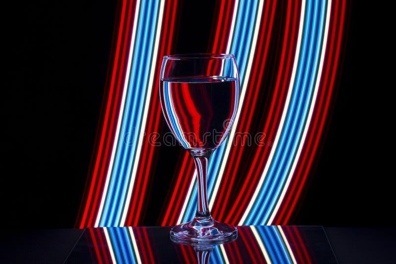 Weinglas mit Neonlicht hinten stockfoto