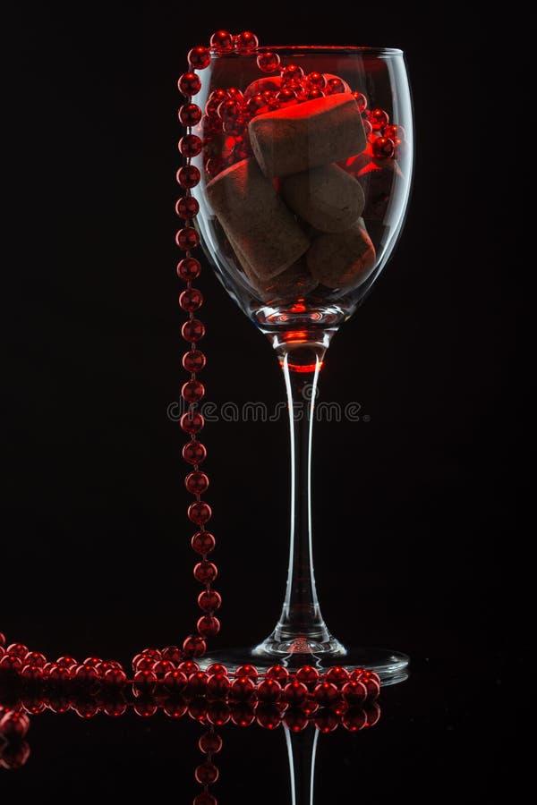 Download Weinglas mit Perlen stockfoto. Bild von feiertag, festlich - 90233268