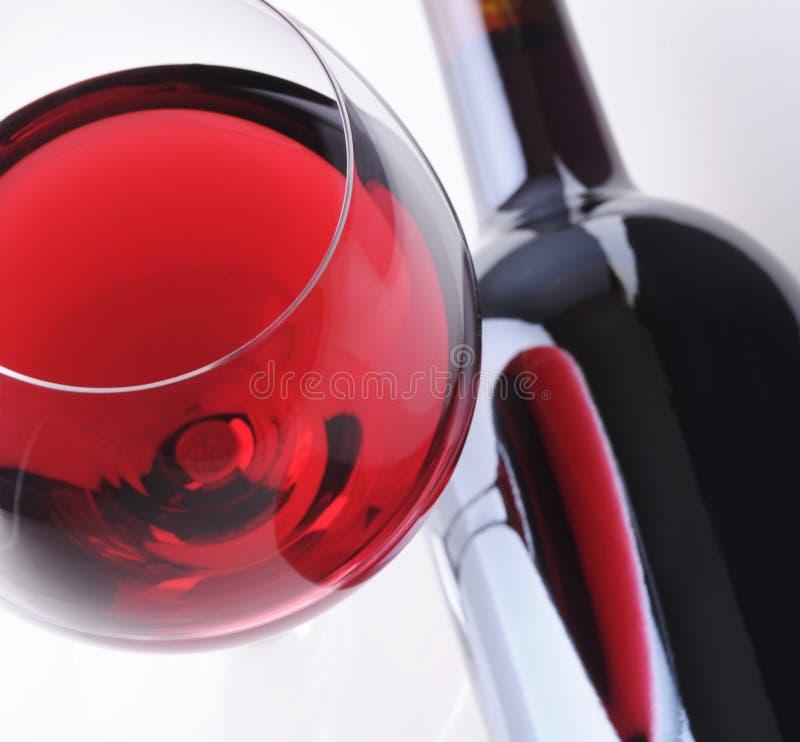 Weinglas mit Reflexion in der Flasche stockfotos