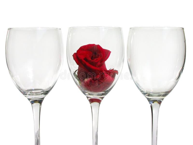 Weinglas mit rosafarbener Blume stockfotografie
