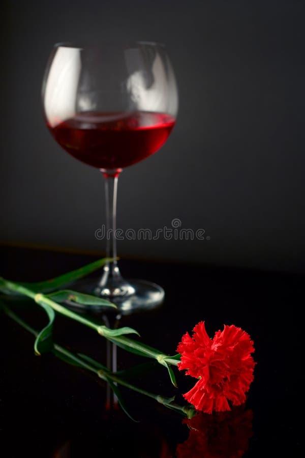 Weinglas und eine Rose lizenzfreies stockfoto