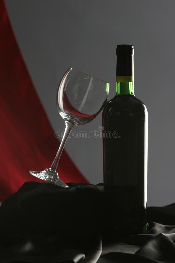 Weinglas und eine Weinflasche lizenzfreie stockfotos