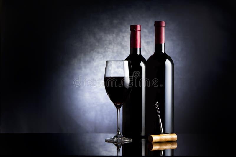 Weinglas und Flaschen lizenzfreie stockfotos