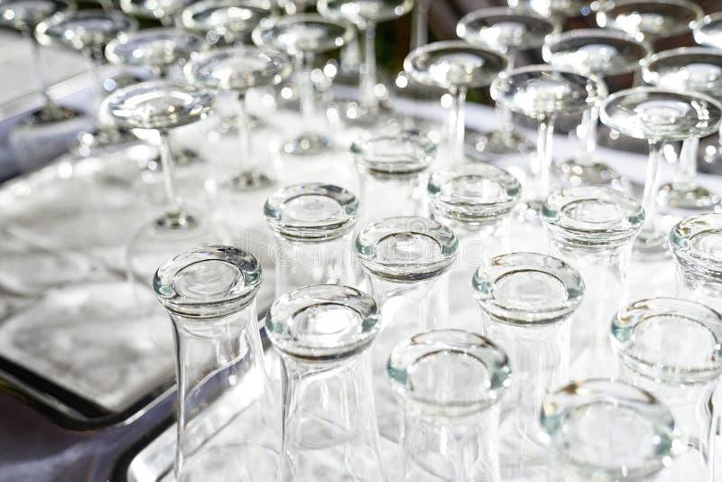 Weinglas und hohes Glas sind umgedreht auf der weißen Tabelle in der Abendessenzeit und gebrauchsfertig stockbilder