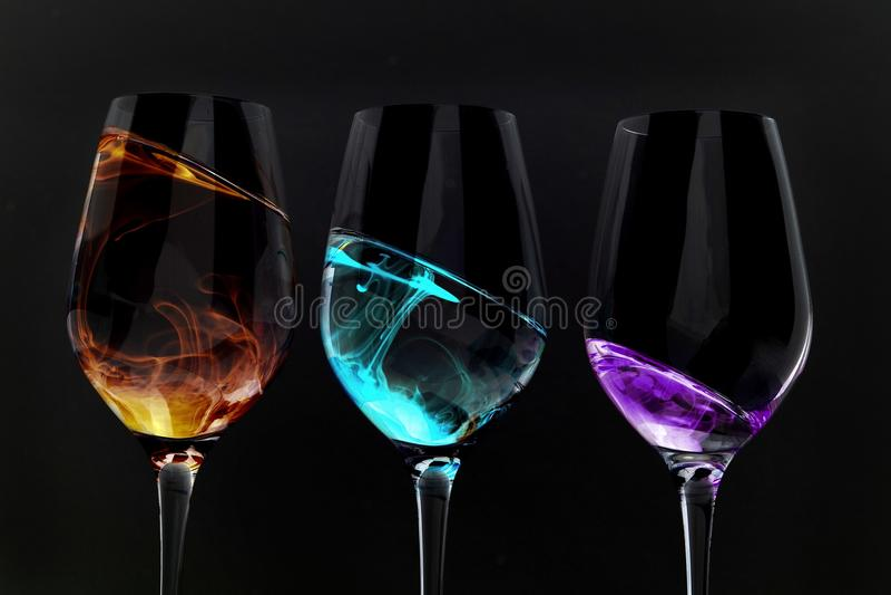 Weinglasillusionen auf Schwarzem stockfoto