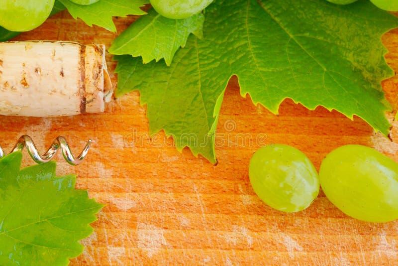 Weinhintergrund - Korken, Traube und Blatt lizenzfreie stockfotos