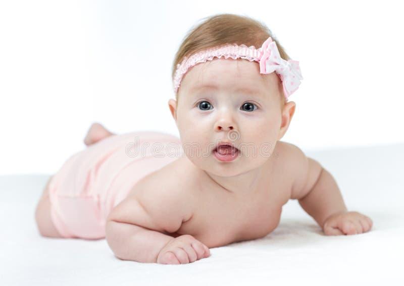 Weinig 4 maanden babymeisje het liggen stock afbeelding
