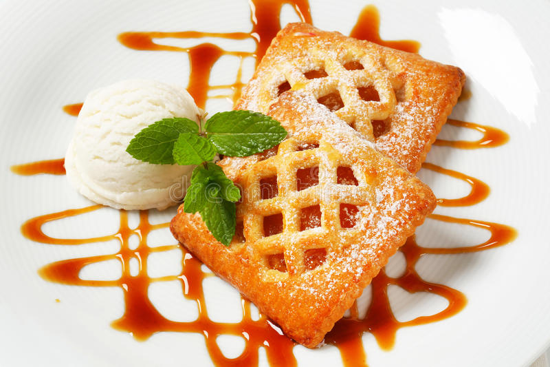Weinig abrikozenpastei met roomijs royalty-vrije stock fotografie