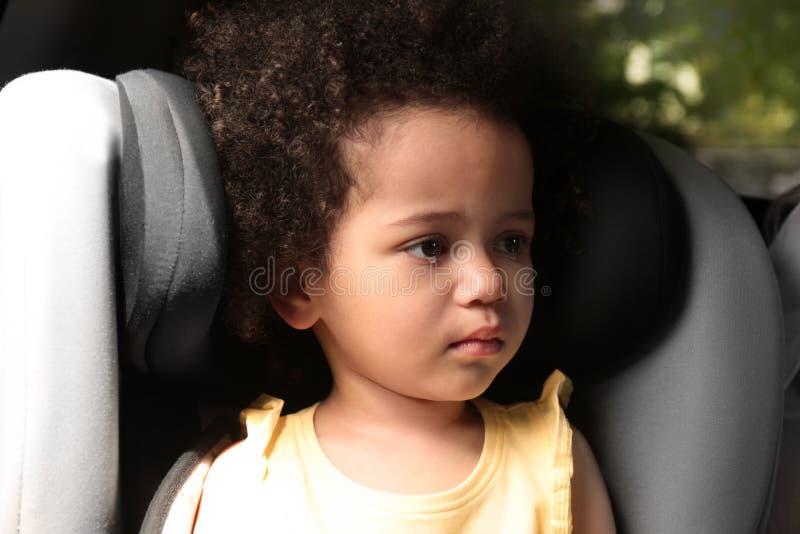 Weinig Afrikaans-Amerikaans meisje die alleen schreeuwen KIND IN GEVAAR royalty-vrije stock afbeelding