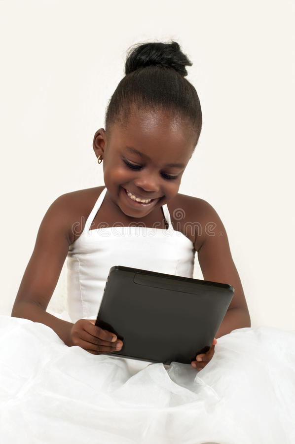 Weinig Afrikaans Amerikaans Meisje Die Een Digitale Tablet Gebruiken Stock Foto's