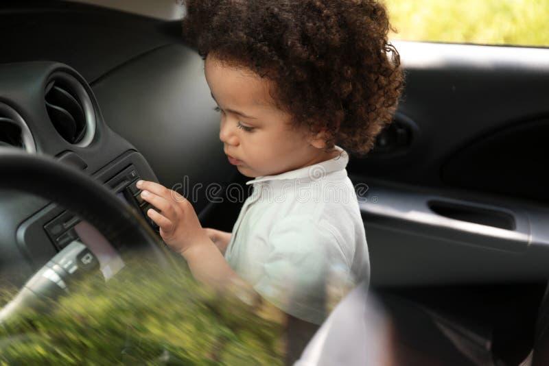 Weinig Afrikaans-Amerikaanse van de meisjesauto alleen binnenkant stock fotografie