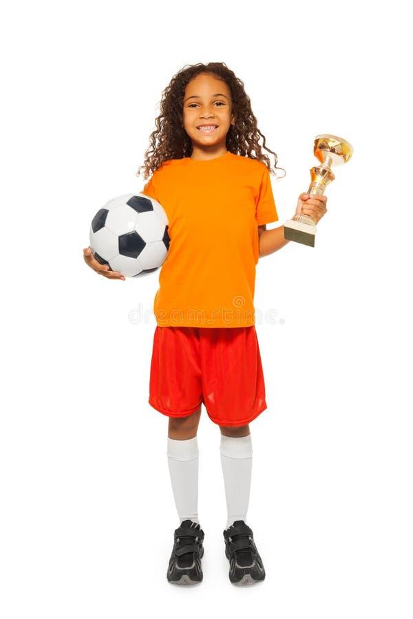 Weinig Afrikaanse het voetbalbal en prijs van de meisjesholding royalty-vrije stock foto's