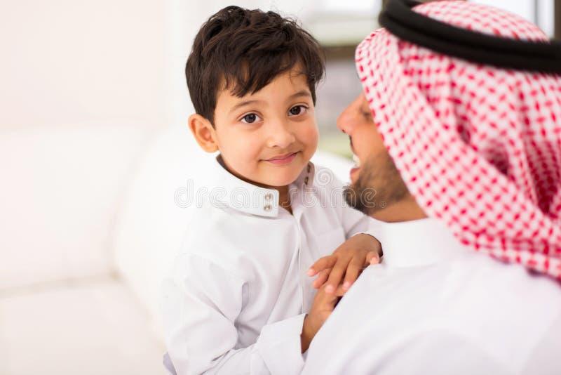 Weinig Arabische jongensvader stock afbeeldingen