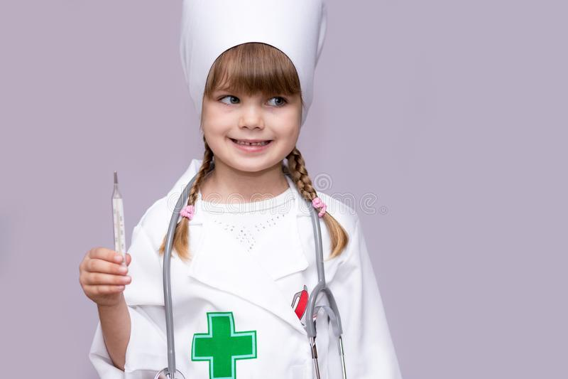 Weinig artsenmeisje die en temperatuur spelen meten royalty-vrije stock foto's