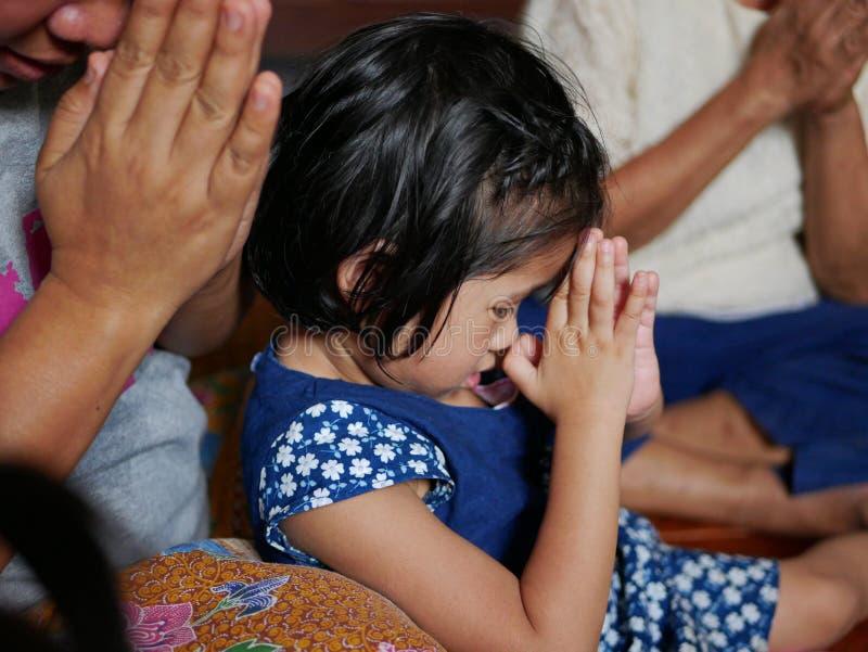 Weinig Aziatisch babymeisje die eerbied, wai betalen, aan de oudsten tijdens Rod Nam Dam Hua-ceremonie in Songkran-festival in Th royalty-vrije stock foto's