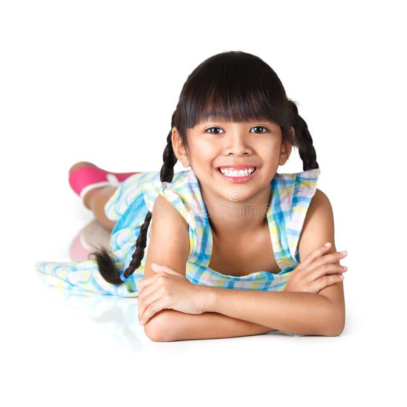 Weinig Aziatisch meisje die op de vloer bepalen royalty-vrije stock afbeelding