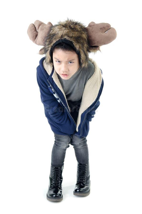 Weinig Aziatische boze jongen die de winterkleren dragen stock foto's