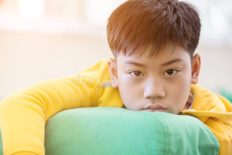 Weinig Aziatische die in gedachten wordt verloren, en droevige jongen, royalty-vrije stock afbeelding