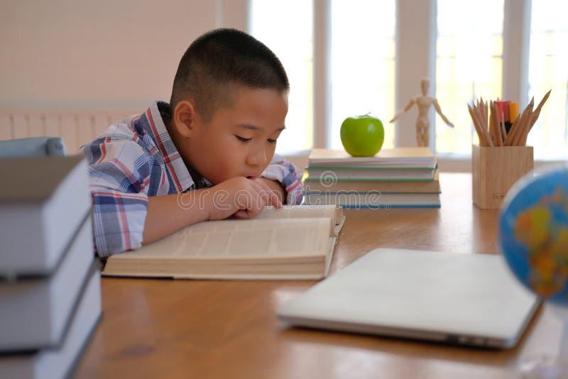 weinig Aziatische kindkinderen die van de jong geitjejongen lezingsboek bestuderen royalty-vrije stock fotografie
