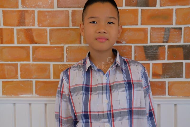 weinig Aziatische kindkinderen die van de jong geitjejongen vrijetijdskleding dragen royalty-vrije stock afbeeldingen